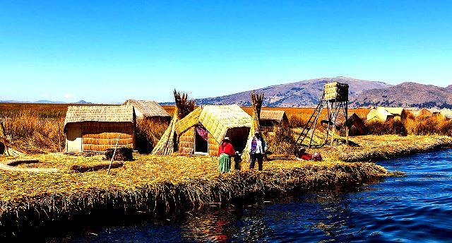 Islas_flotantes_de_los_Uros,_Lago_Titicaca,_Perú,_2015-08-01,_DD_29