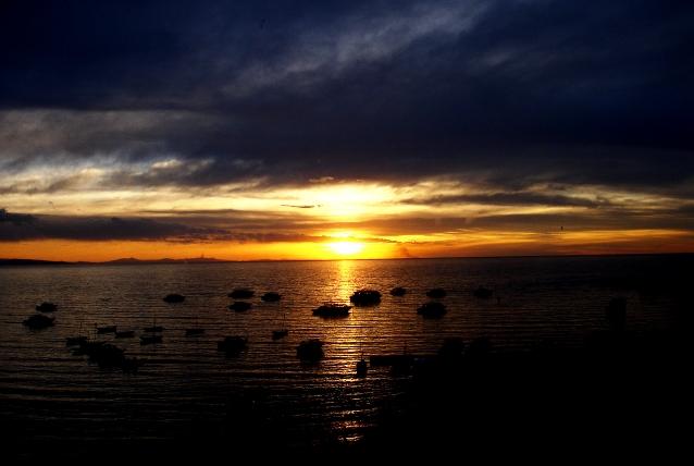Ocaso_en_el_lago_titicaca_desde_el_hotel_mirador_de_Copacabana_-_panoramio