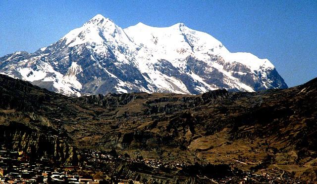 Illimani,_secundo_mas_alto_de_Bolivia,_sobre_La_Paz._(27296789970)